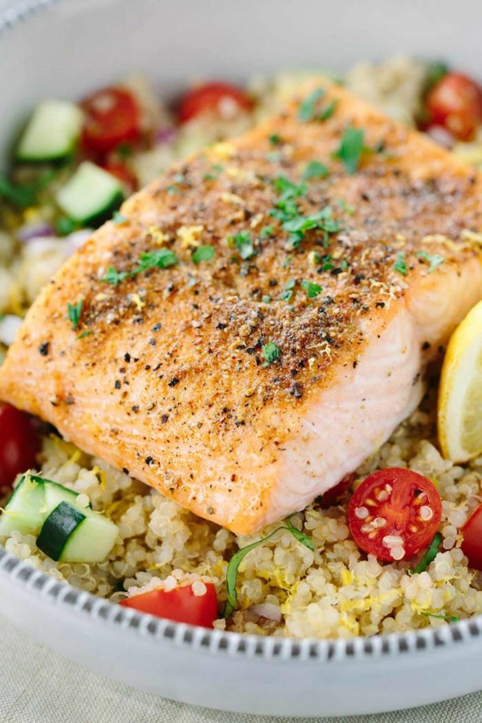 como preparar salmón con quinoa y verduras, recetas con quinoa faciles de hacer, quinoa con pepinos y tomates cherry