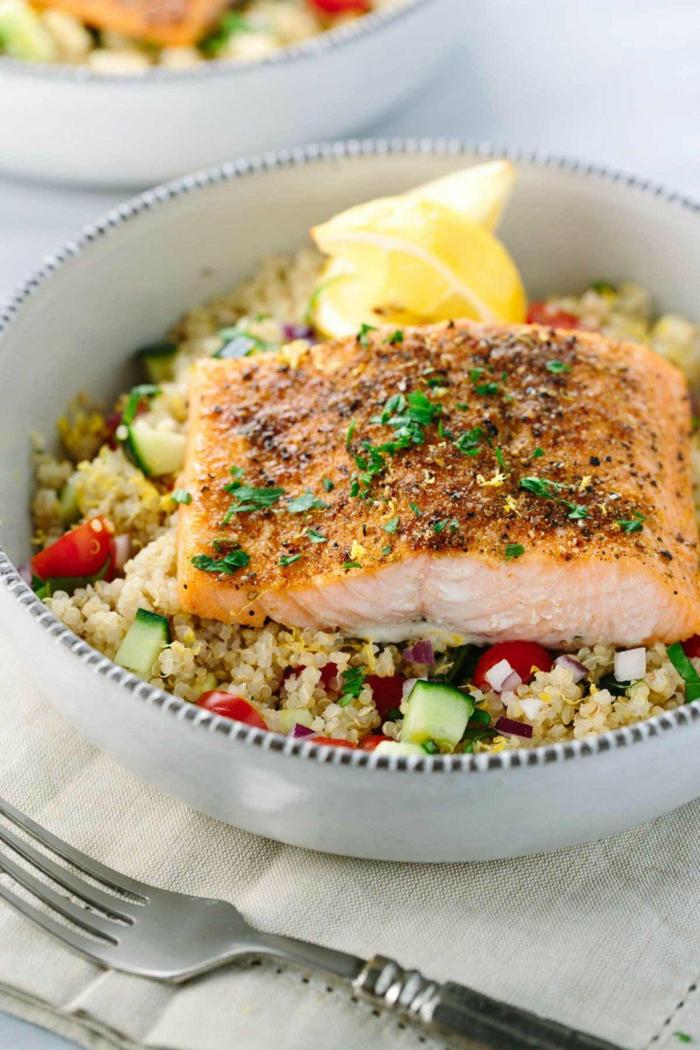 recetas con quinoa sabrosas y sanas paso a paso, salmón cocido en el horno o en una sartén adornado con quinoa y verduras