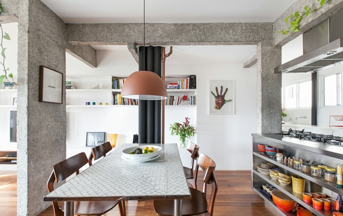 cocina americana abierta al comedor, decoracion de salon de encanto, paredes en blanco con detalles decorativos