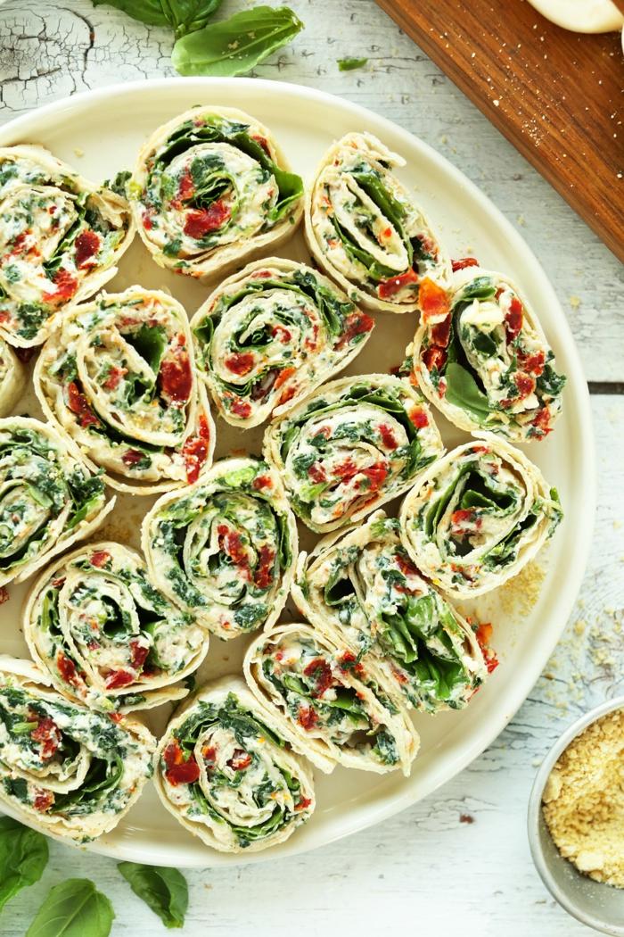 bonita propuesta para merendar, envueltos salados con crema de queso, recetas faciles con albahaca