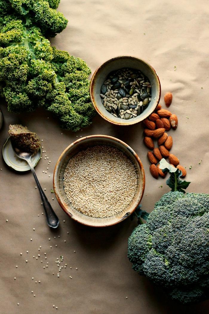 como se prepara la quinoa con verduras, brócoli, quinoa blanca, semillas, almendras y lechuga