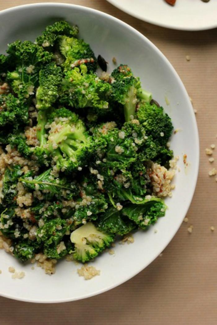 como se prepara la quinoa con brocoli, recetas sana y fácile de hacer paso a paso, plato verde con quinoa blanca