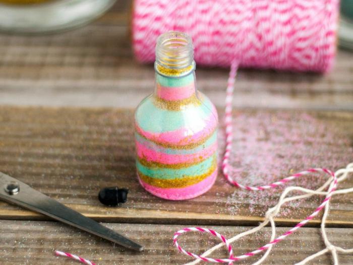 manualidades con botellas de cristal faciles de hacer y originales, botella de cristal pequeñas llena de purpurina en colores