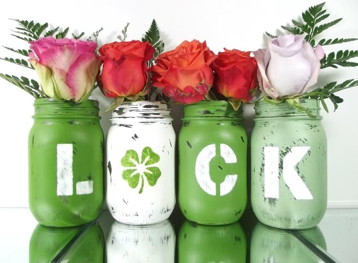 decoración de encanto para la primavera, cuatro tarros decorados pintados en verde y blanco, jarrones DIY