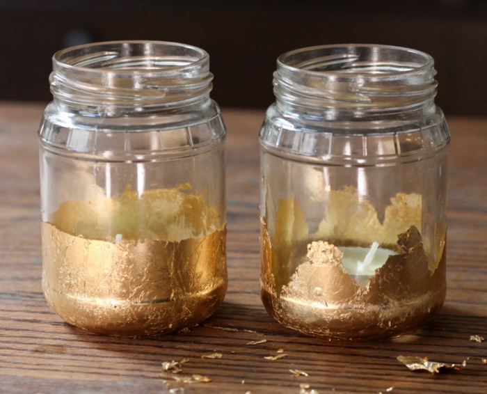manualidades con tarros de cristal decorados, potes de vidrio decorados de papel aluminio en dorado con pequeñas velas dentro