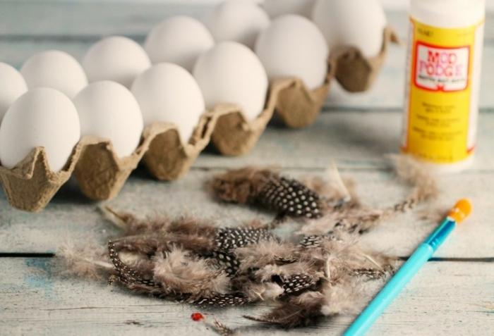 materiales necesarios para decorar los huevos de pascua con plumas de avestruz artificiales, manualidades huevos de pascua paso a paso