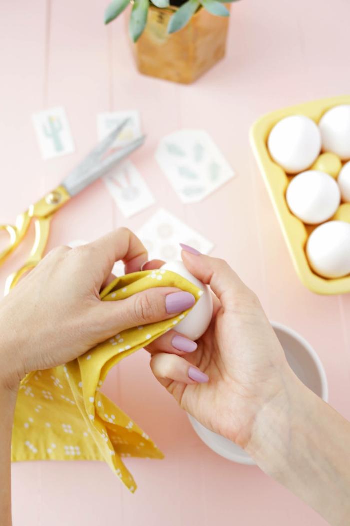 manualidades con dibujos de huevos de pascua, pegatinas con dibujos de primavera, huevos blancos y decoración con plantas verdes