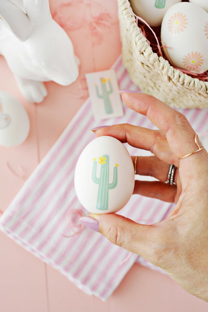 decoración original para Pascua, huevos decorados con pegatinas con dibujos originales, manualidades huevos de pascua con tutoriales