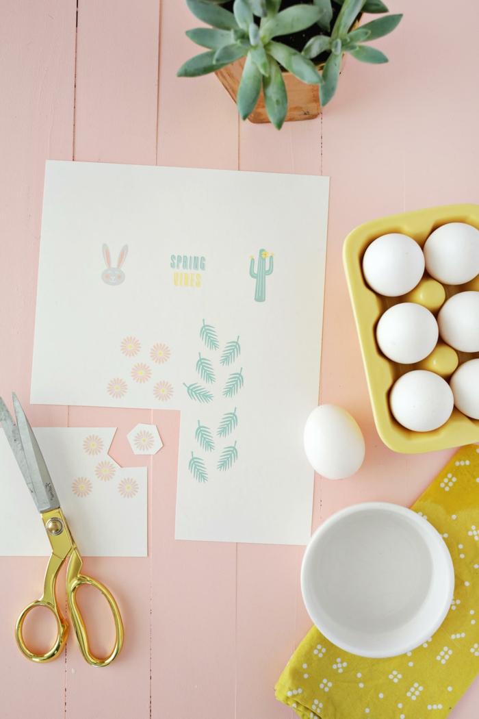 preciosa decoración hecha a mano, manualidades huevos de pascua decorados con pegatinas con dibujos, maceta con plantas verdes
