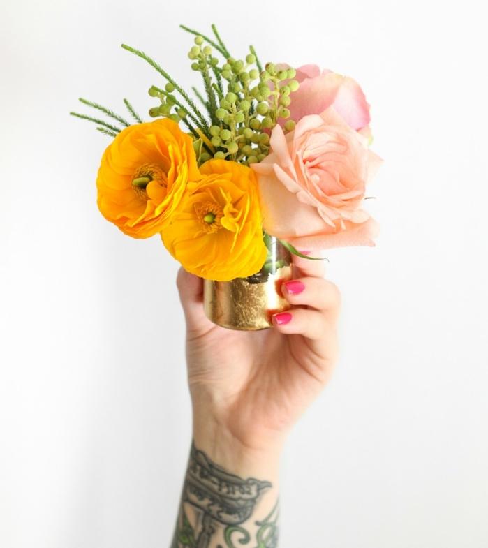 ideas para decorar botes de cristal, pequeños jarrón DIY hecho de bote de vidrio lleno de flores en amarillo y rosado