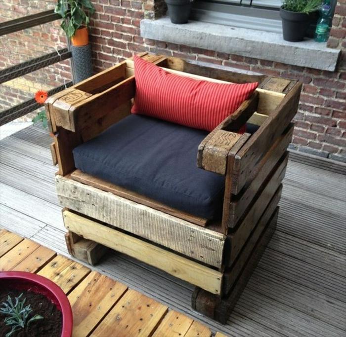 ideas de muebles de palets, sillon de encanto hecho de madera con pequeño cojín decorativo en rojo, muebles y detalles de madera