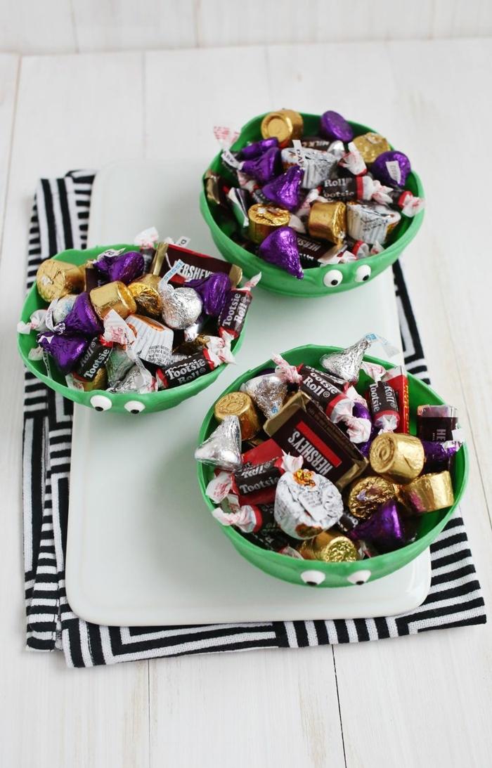 tazas verdes hechas a mano con globos y chocolate, manualidades con globos para decorar la casa paso a paso