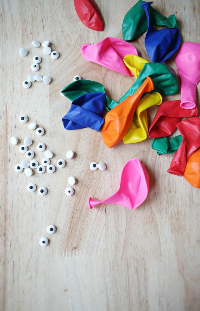 materiales necesarios para hacer un bol decorativo hecho a mano de globos y chocolate, decoración con globos y ojos decorativos