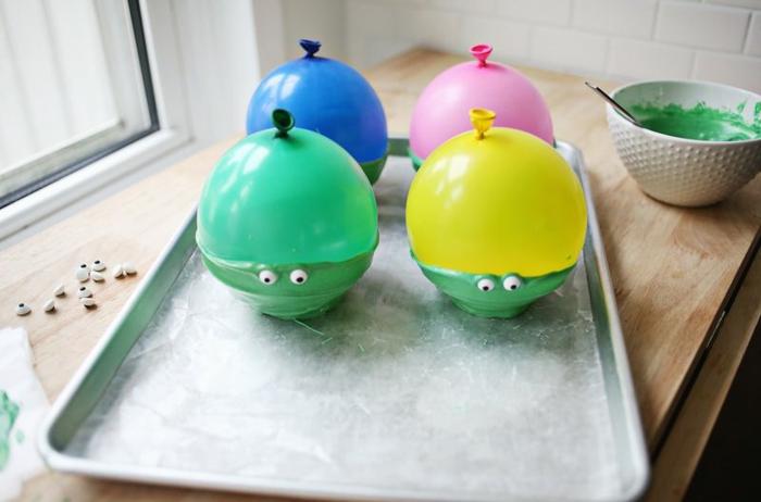proyectos DIY con globos, como hacer recipientes de chocolate y globos, bol colorido hecho de chocolate