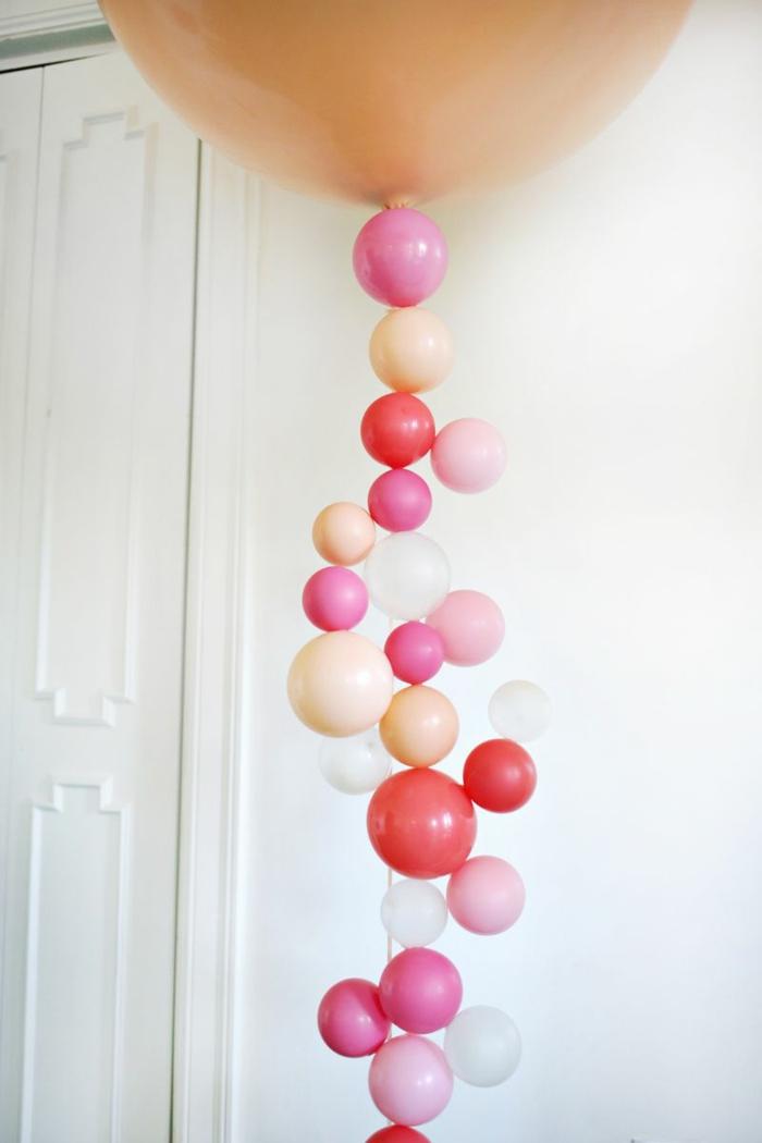 ideas para decorar la casa en una fiesta, decoración con globos pequeños, guirnalda vertical hecha a mano