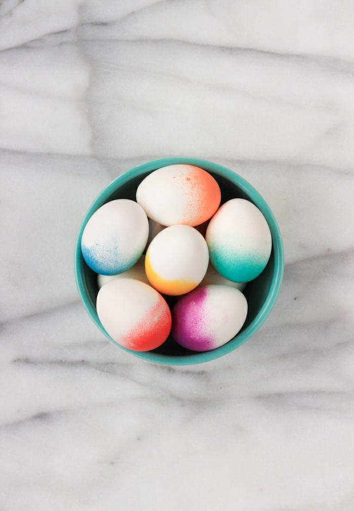 huevos pintados efecto ombre, manualidades huevos de pascua fáciles de hacer, decoración con spray acrílico