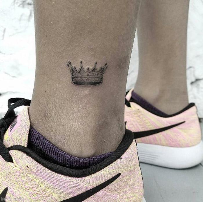 diseños de tatuajes minimalistas con significado, tatuajes de mujer en el tobillo, dibujo en forma de corona