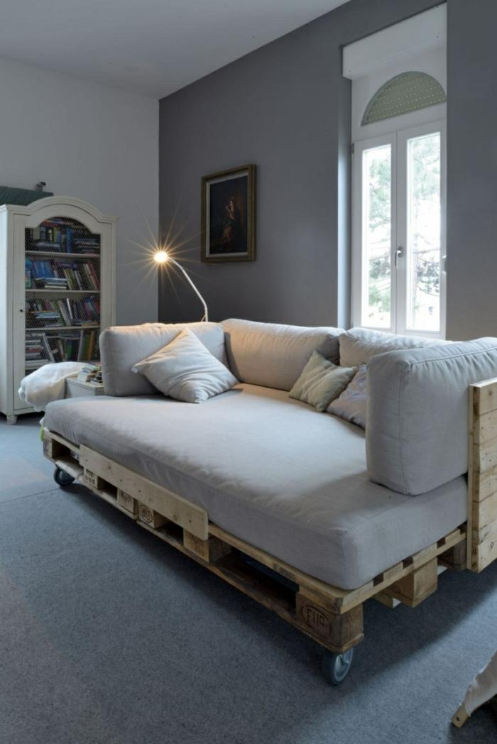 decoración moderna con muebles de palets, salón de encanto decorado en gris, pared pintada en gris oscuro