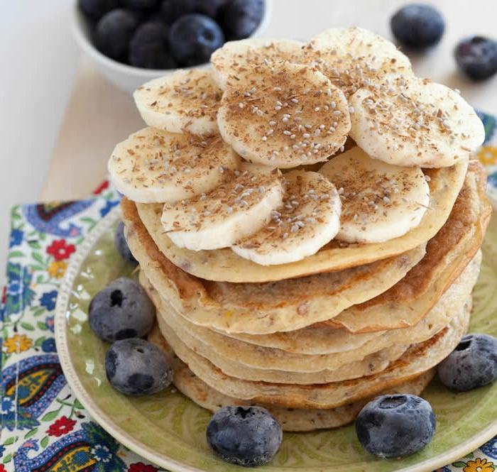 crepes saludables adornados con arándanos, plátanos y semillas, recetas faciles y rapidas paso a paso