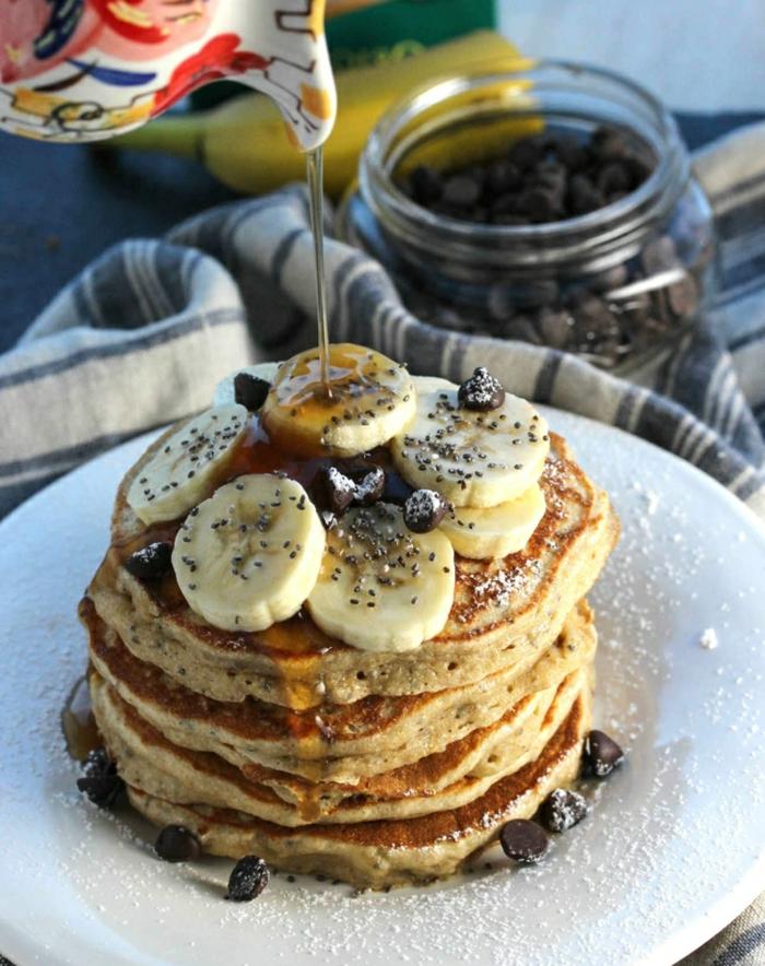 preciosa crepe vegana de harina integral adornada con trozos de plátano, chispas de chocolate negro y jarabe de acre, ideas de recetas faciles