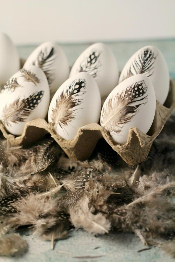 bonita decoración con plumas de avestruz, manualidades huevos de pascua con tutoriales, plumas artificiales en negro y gris