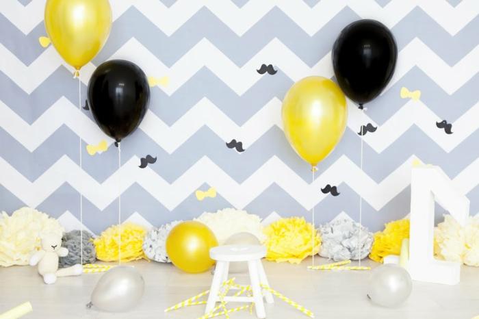 decoración de fiestas con globos brillantes en amarillo y negro, pared con papel pintado en blanco y gris,