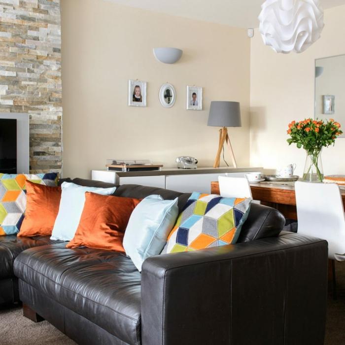espacio decorado en tonos claros con detalles en color naranja, salon comedor acogedor, decoración de flores