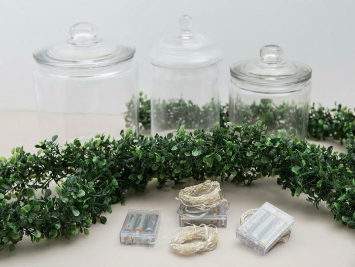 materiales necesarios para unos bonitos tarros decorados DIY llenos de plantas verdes artificiales y bombillas