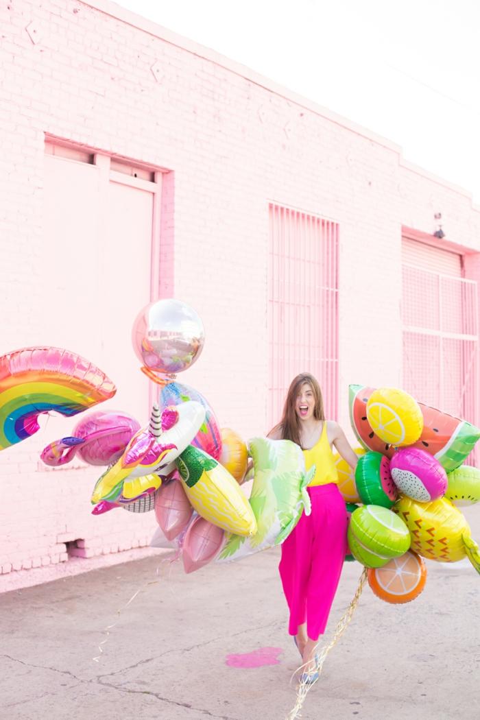 globos cumpleaños en forma de diferentes frutas, globos coloridos de diferente tamaño y forma