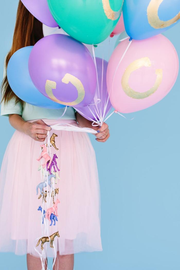 ramo de globos en colores pastel decorados con pintura en dorado, globos cumpleaños ideas encantadoras