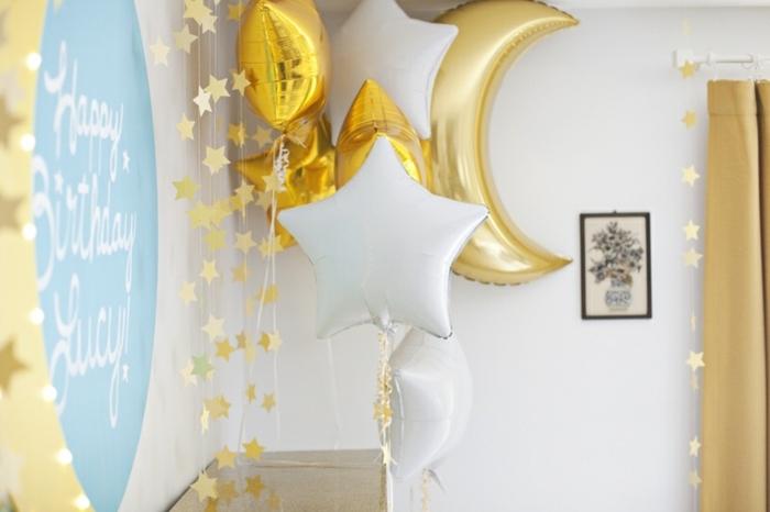 decoración elegante con guirnaldas con estrellas y globos cumpleaños en forma de estrellas, paredes blancas y cortinas en dorado