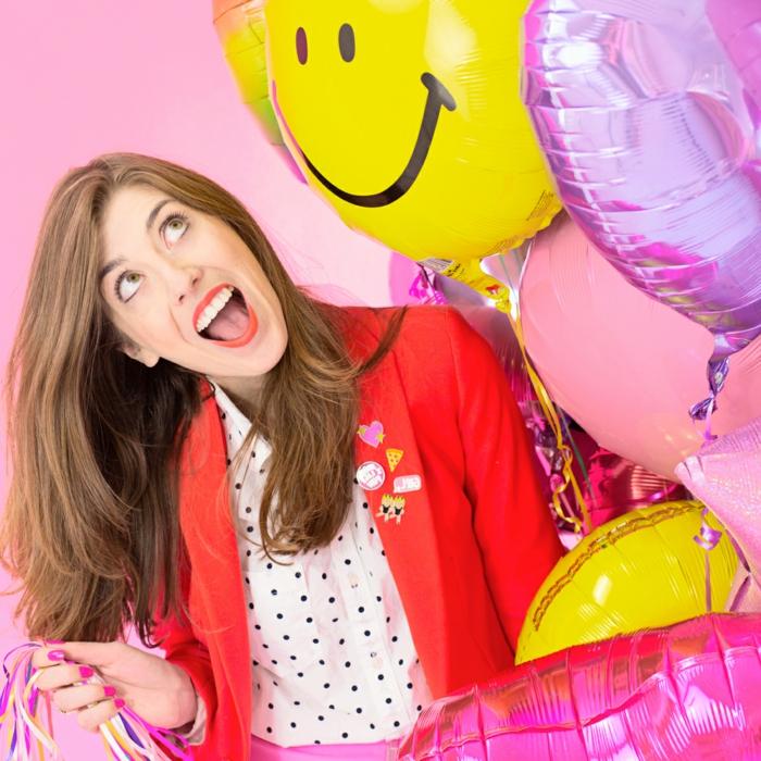 globos cumpleaños divertidos, ideas de decoración para fiestas, globos en amarillo y lila con acabado brillante