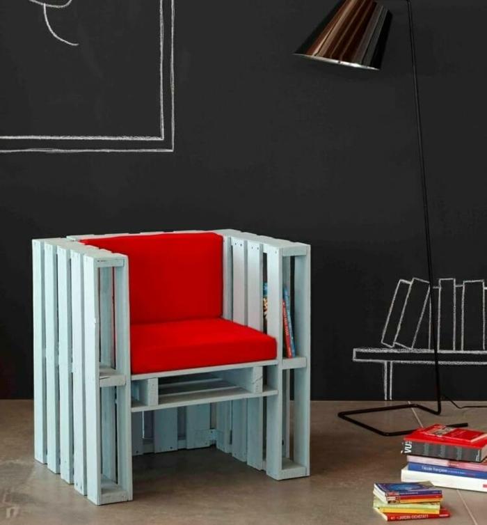 propuestas de decoracion con palets, salón de encanto decorado en estilo industrial con pared pizarra, mueble de palets con estantes