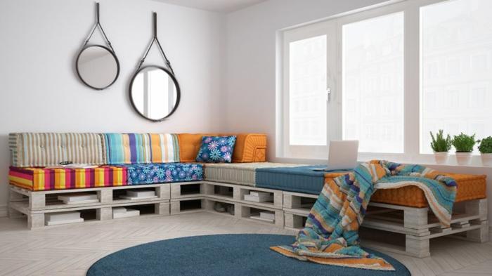 salón colorido con detalles en azul y naranja y espejos decorativos, decoracion con palets fácil de hacer