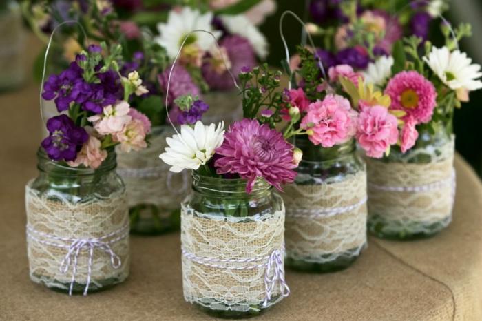 frascos de cristal con encaje, bonitos jarrones con flores hechos a mano, ideas de manualidades con frascos de vidrio