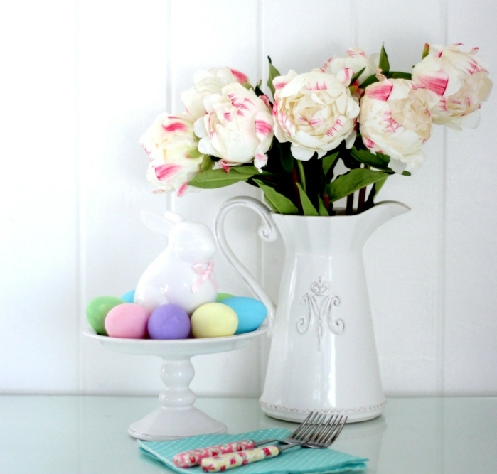 decoración de encanto con jarrón de flores y huevos decorados en colores pastel, como hacer huevos de pascua paso a paso