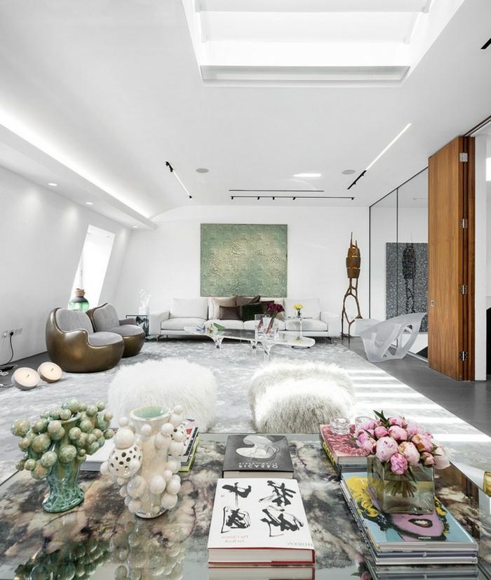 ejemplo espectacular de salón moderno deorado en grande y gris, grande pintura en la pared y muchos objetos decorativos, ideas decoracion salon nordico