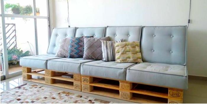 decoracion con palets ideas originales, salón de encanto con sofá hecho de palets de madera en azul celeste
