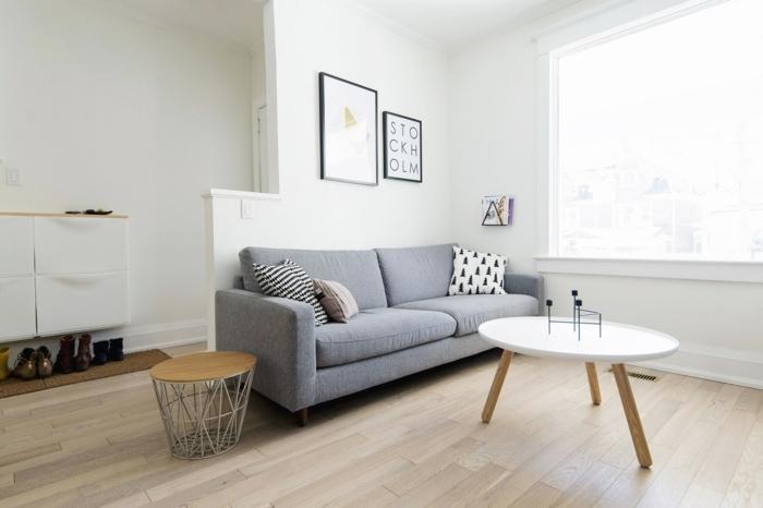 pequeño salón abierto al recibidor decorado en estilo minimalista, ideas decoracion salon en blanco y gris