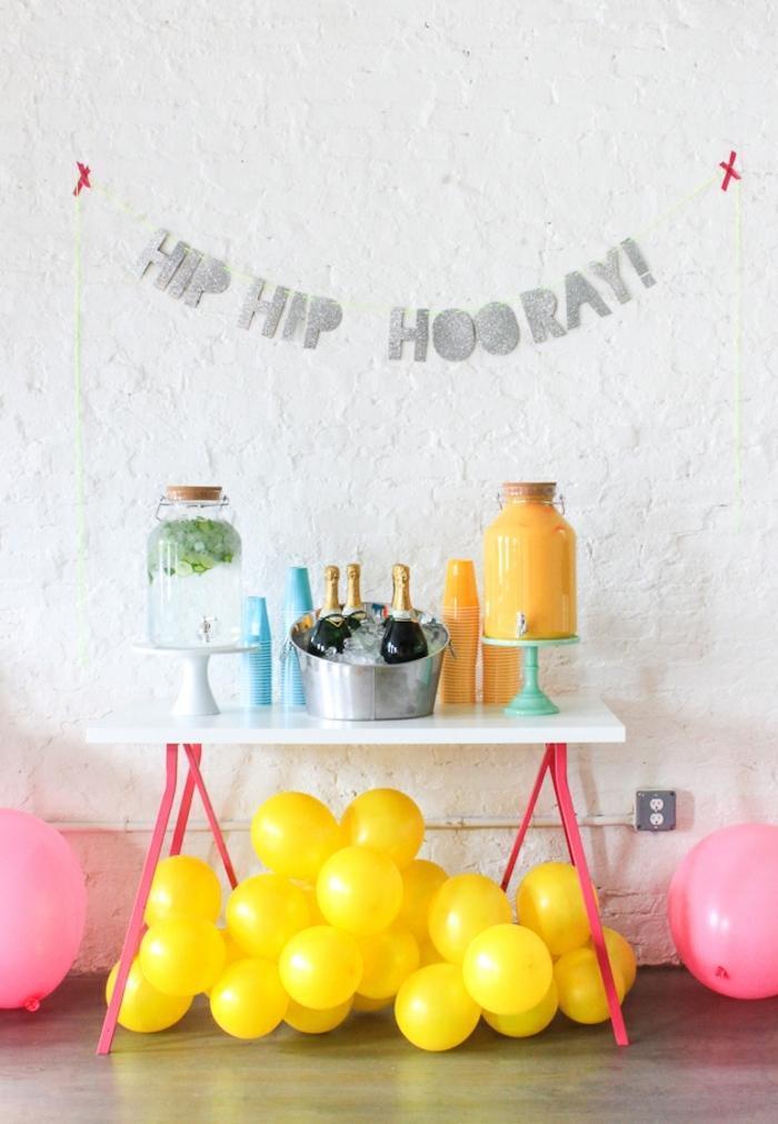 preciosa decoración para fiestas con globos cumpleaños en amarillo, guirnalda con letras en la pared grandes globos en rosados