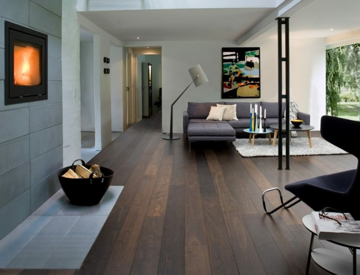 ejmplos de salones pequeños en espacios abiertos, decoración en blanco y gris y grande pintura en colores oscuros como punto focal