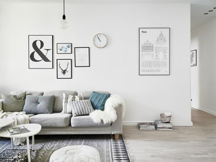 salón en estilo escandinavo con muchos objetos decorativos, muebles en gris y blanco, salones pequeños de diseño