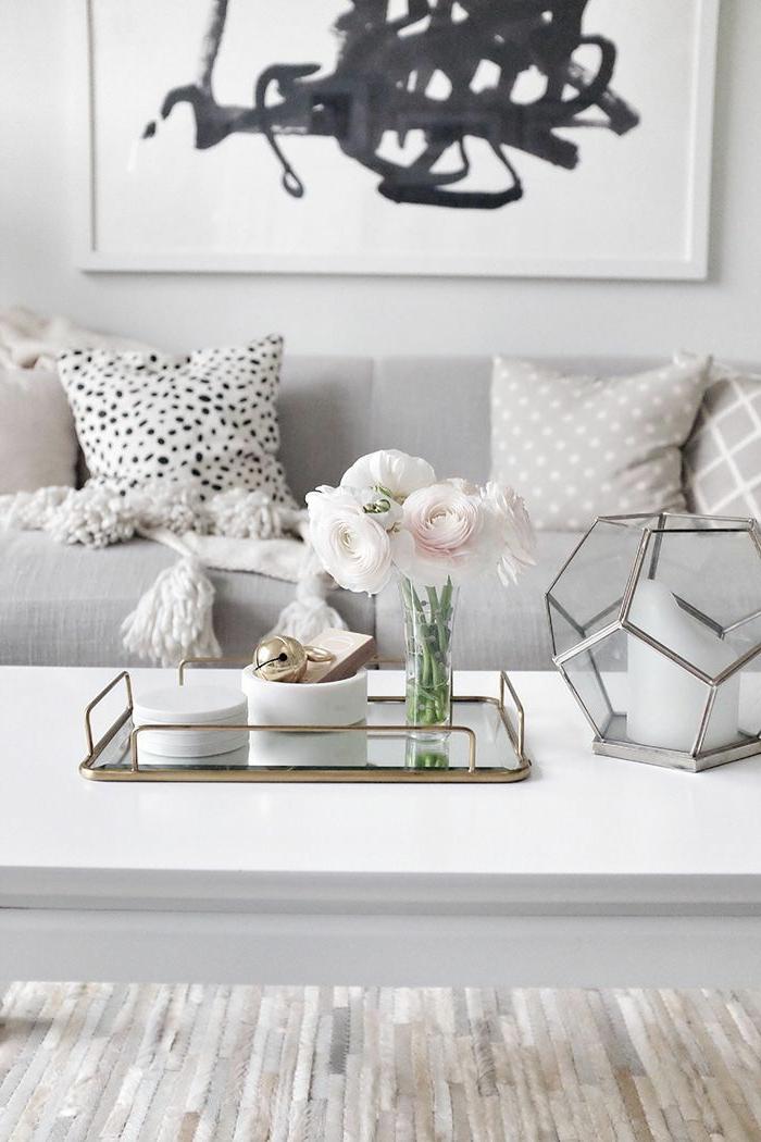 precioso salon decorado en estilo nordico en colores pastel, salones pequeños de encanto, decoración de flores y grande pintura en la pared