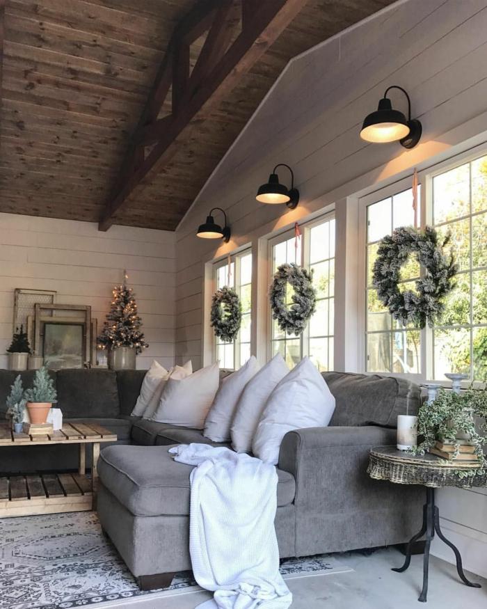 salón decorado en estilo clásico en gris y blanco, techo con vigas de madera y decoración navideña, salones pequeños de encanto
