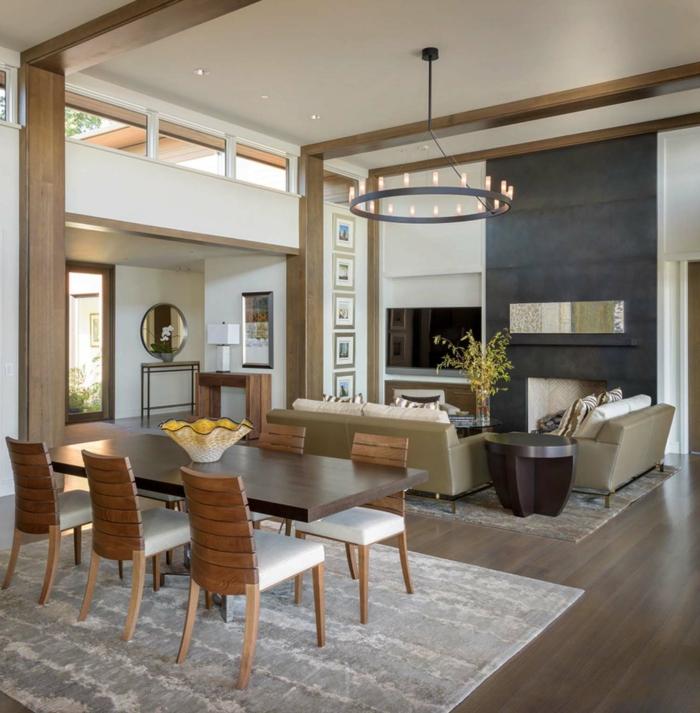 salon comedor decorado en estilo clásico con candelabro vintage, ikea decoracion muebles de madera y techo alto