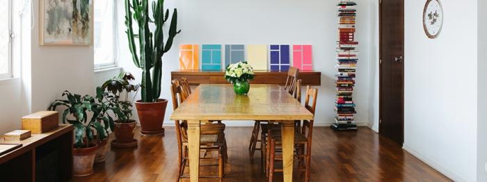 comedor de encanto ikea decoracion, muebles de madera y decoración original en las paredes, maceteros con cactus y plantas verdes