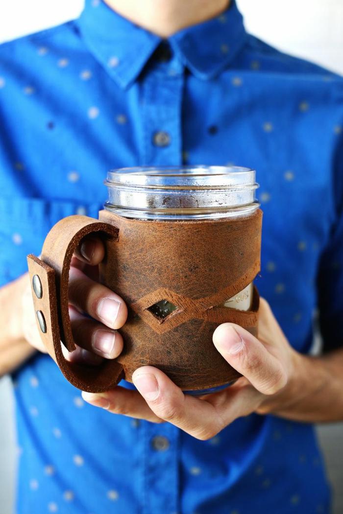 porta taza de encanto hecha de piel, ejemplos de como decorar botellas de vidrio y frascos, tutorial paso a paso