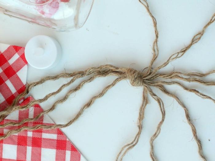 ideas de manualidades para hacer en casa, decoración de frasco de vidrio con hilo, botes decorados de encanto