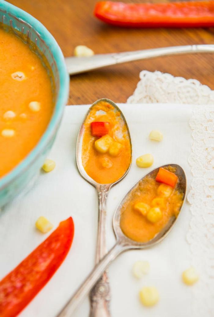 ejemplos de recetas faciles y rapidas, sopa crema facil de hacer con ingredientes veganos maíz y pimienta roja