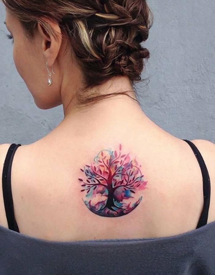 ejemplos de tatuajes espalda mujer originales, dibujo de tamaño medio en colores, arbol tatuado con acuarela